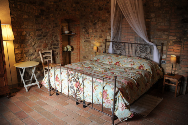 Agriturismo room in Tuscany || creative commons photo by Toprural