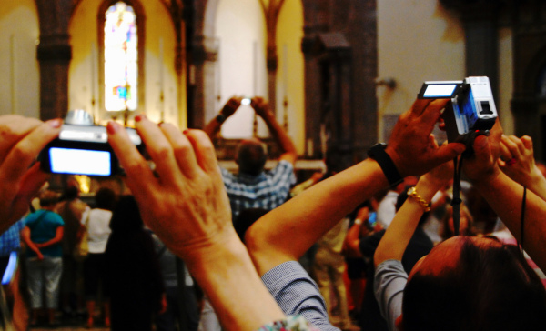 Tourists in the Florence Duomo || creative commons photo by Seth Sawyers