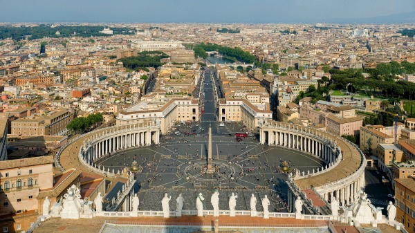 St. Peter's Square in April || creative commons photo by Diliff