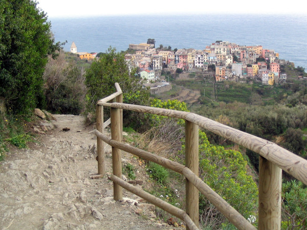 Looking toward Corniglia on the trail from Vernazza || creative commons photo by Lee Coursey