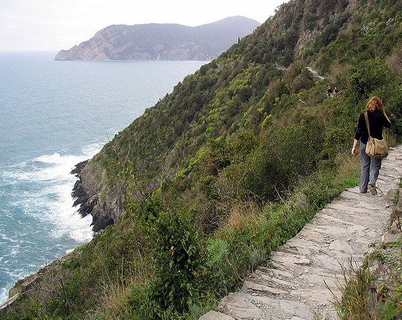 Trail between Vernazza and Monterosso || creative commons photo by Lee Coursey