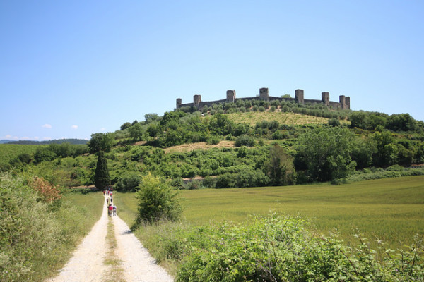 Via Francigena leading to Monteriggioni || creative commons photo by Visit Tuscany