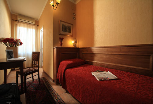 Room in Florence || creative commons photo by Hotel Kursaal & Ausonia