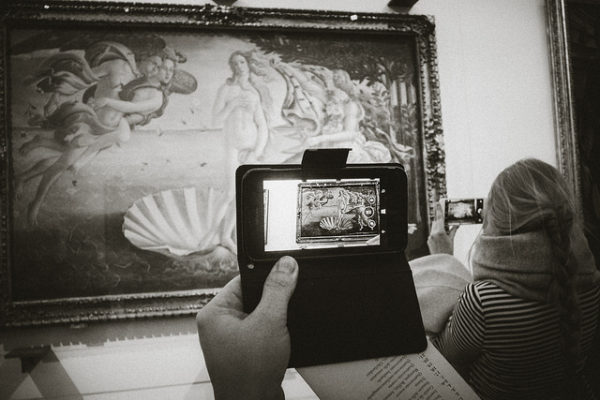 Small crowd in the Uffizi's Botticelli rooms || creative commons photo by Daniel Enchev