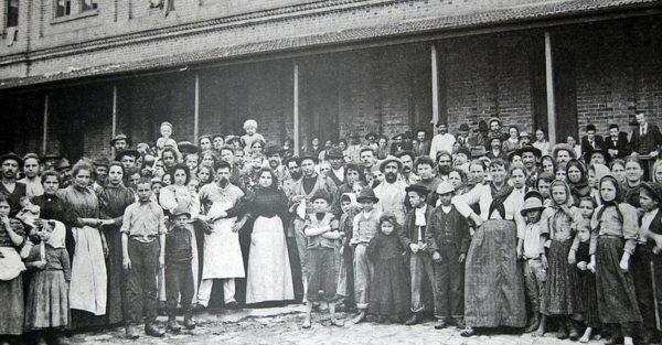 Italian immigrants in Sao Paulo, circa 1890 (Fundação Patrimônio da Energia de São Paulo - Memorial do Imigrante)